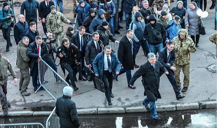 Порошенко сбежал смитинга вЖитомире