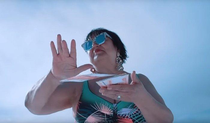 Иркутская пенсионерка-рэперша «зажгла» наБайкале, атеперь метит в«Black Star»