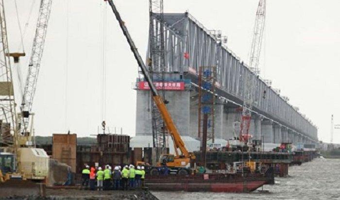Строители соединили российскую икитайскую части моста через Амур