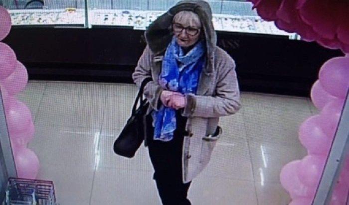 Женщина похитила сумку упосетительницы ТЦ«Цветной парк» вИркутске (Видео)