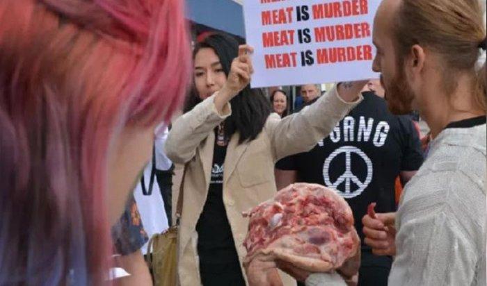 Британец перекусил свиной головой наБрайтонском веганском фестивале (Видео)