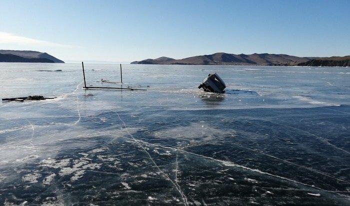 Два автомобиля провалились под лед впроливе Ольхонские ворота наБайкале
