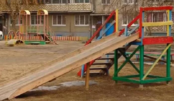 Следователи начали проверку после травмирования мальчика надетской площадке вАнгарске
