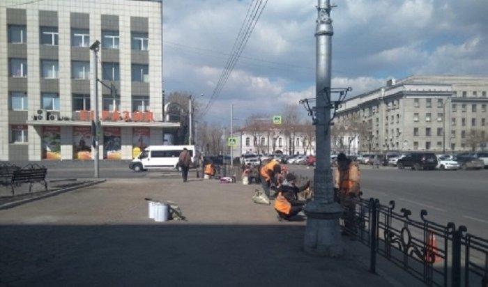 Дорожные ограждения вцентре Иркутска окрашивают вчерный цвет