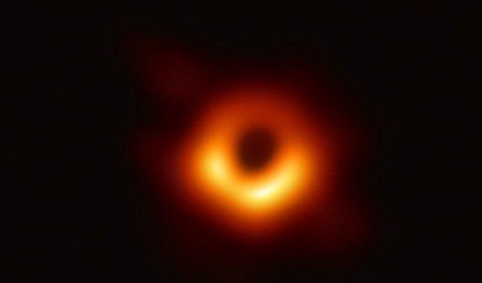 Ученые опубликовали первую вистории фотографию черной дыры