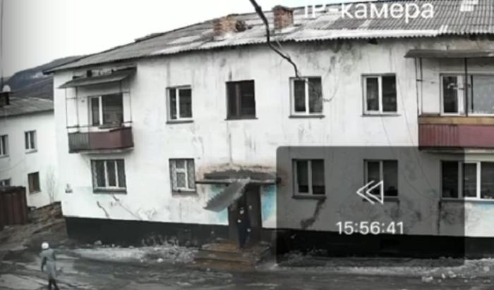 Снежная глыба рухнула нашкольника скрыши жилого дома вУсть-Куте (Видео)