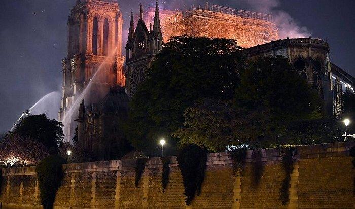 Сильный пожар произошел всоборе Парижской Богоматери (Видео)