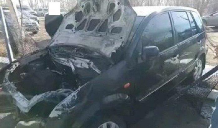 Автомобиль Ford Fusion загорелся после столкновения сограждением вИркутске