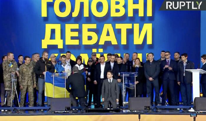 Зеленский иПорошенко встали наколени вовремя дебатов наУкраине (Видео)
