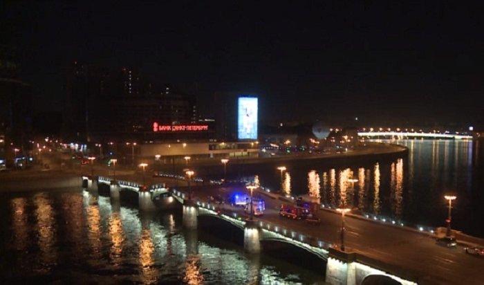 Итальянец наарендованной машине перепрыгнул через разведенный мост вПетербурге (Видео)