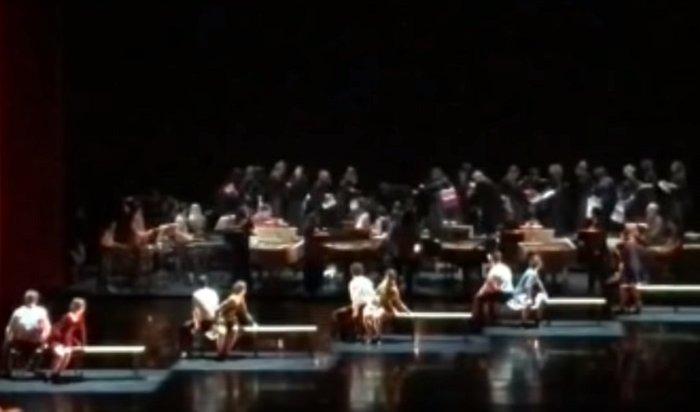 20участников хора пострадали при обрушении станка встоличном театре Станиславского (Видео)