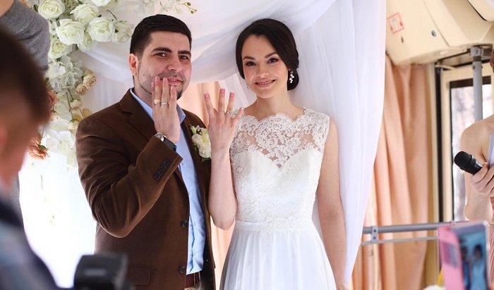 Уфимцы устроили свадьбу втрамвае (Видео)