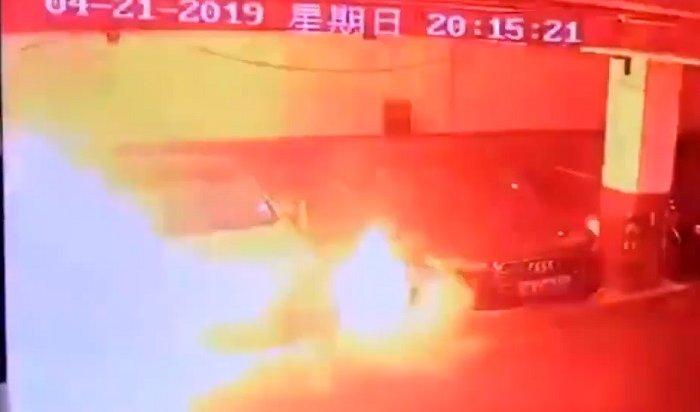 Взрыв автомобиля Tesla попал навидео вКитае (Видео)