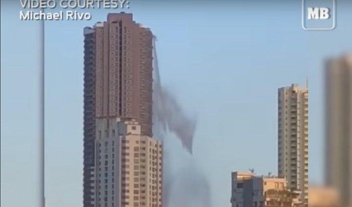 Из-за землетрясения на Филиппинах с крыши небоскреба пролился бассейн (Видео)