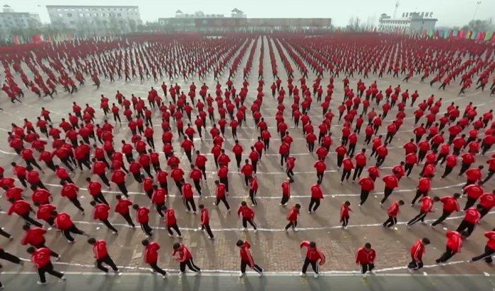 ВКитае тысячи бойцов кунг-фу провели зрелищную тренировку (Видео)