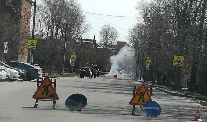 Трубопровод сгорячей водой прорвало наулице Карла Либкнехта вИркутске (ПОДРОБНОСТИ)