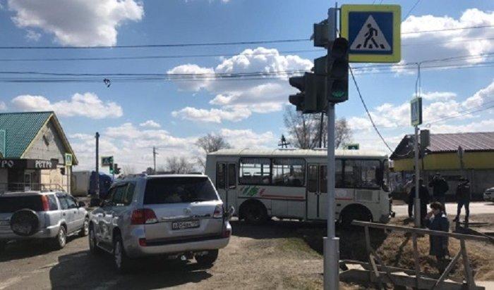 Женщина и5-летняя девочка пострадали при столкновении Land Cruiser срейсовым автобусом вЗиме