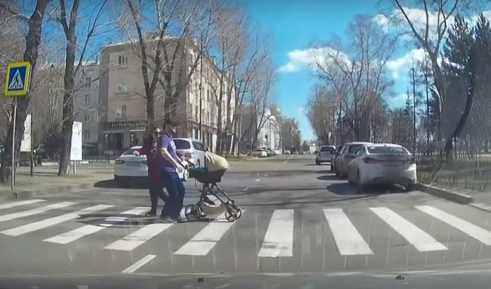 Пешеходы сколяской едва непопали под колеса самосвала вИркутске (Видео)