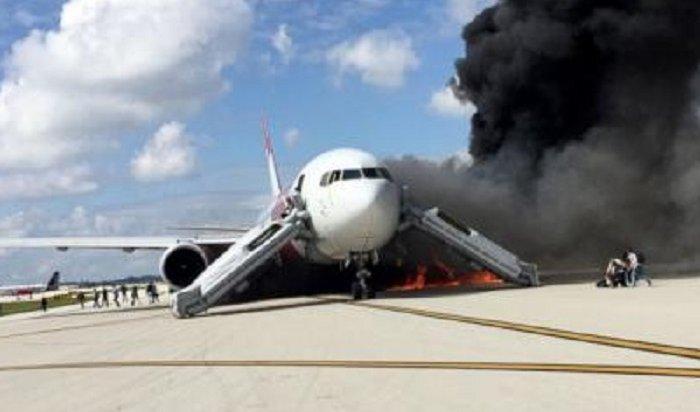 Ваэропорту ЮАР сел пассажирский Boeing сгорящим двигателем (Видео)