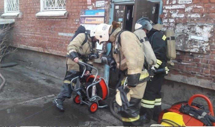 ВИркутске неизвестные заблокировали жильцов горящей шестиэтажки наРабочего Штаба