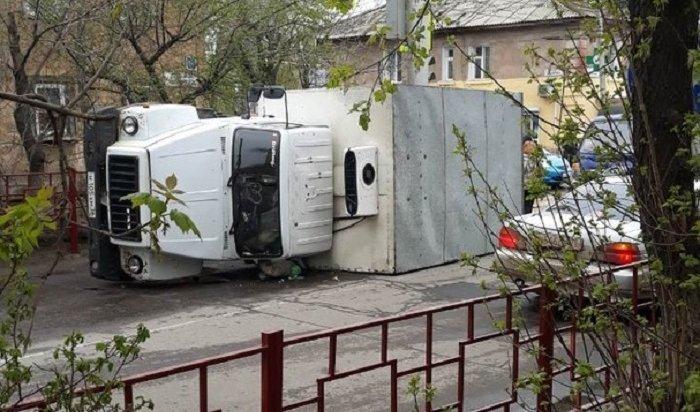 Молоковоз «Янты» опрокинулся наулице Мухиной вИркутске (Видео)