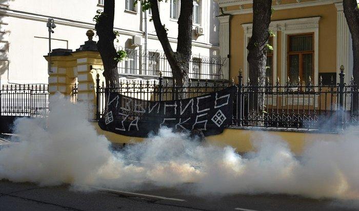 Урезиденции патриарха вМоскве развернули плакат спризывом «извиниться заЕкатеринбург»