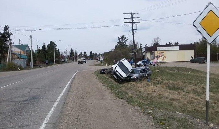 Микроавтобус столкнулся сHonda CR-V наБайкальском тракте