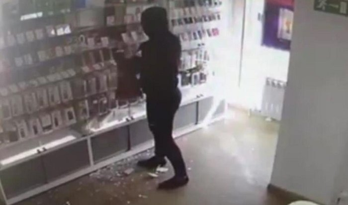 Двое 19-летних иркутян вмасках ограбили салон сотовой связи вНово-Ленино (Видео)