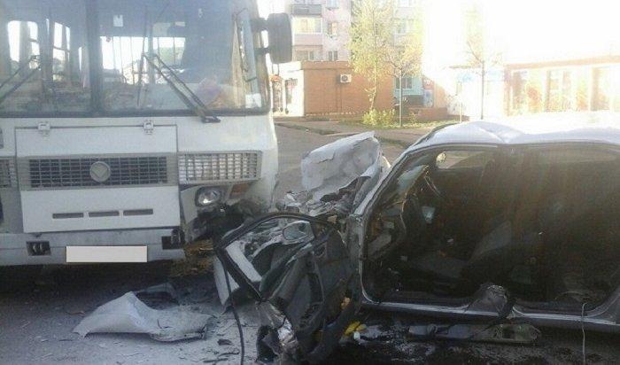 Два человека пострадали при столкновении автомобиля Toyota Corona савтобусом ПАЗ вТайшете