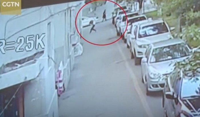 ВКитае мужчина поймал младенца, упавшего спятого этажа (Видео)