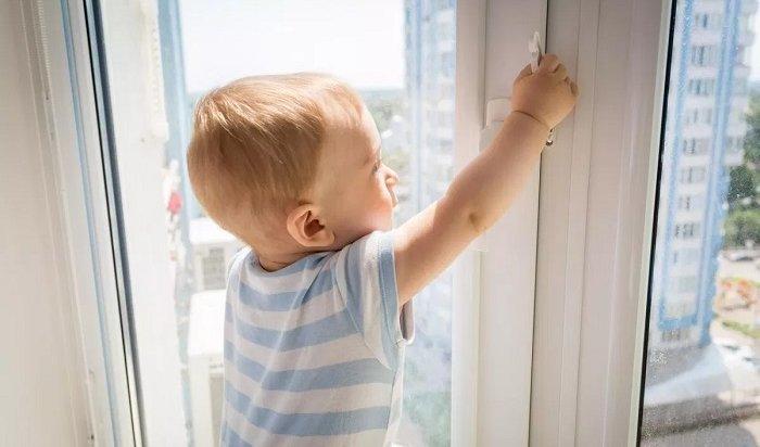 Двухлетний мальчик выпал изокна 4этажа наулице Байкальской вИркутске