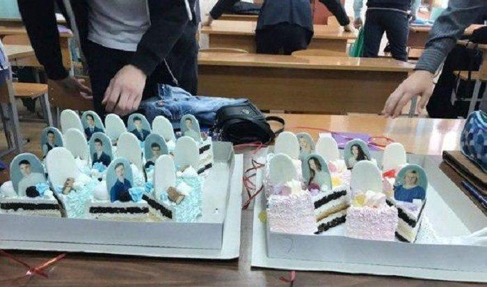 ВКрасноярске выпускникам подарили торт «снадгробиями»