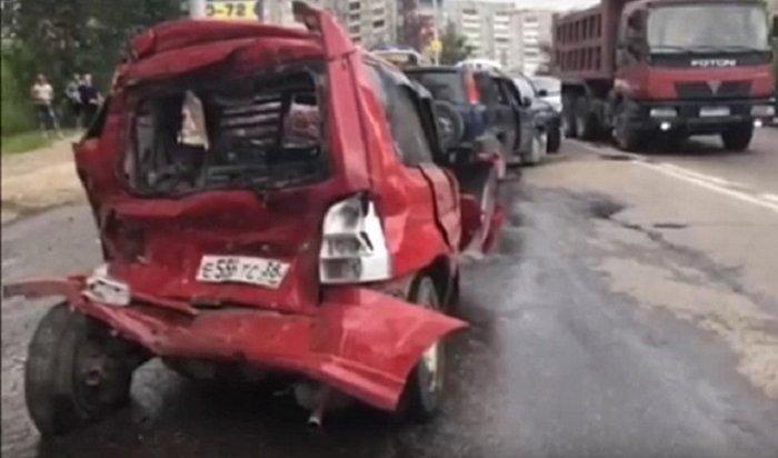 Грузовик Mercedes столкнулся с8автомобилями ипригородным автобусом вИркутске (Видео)
