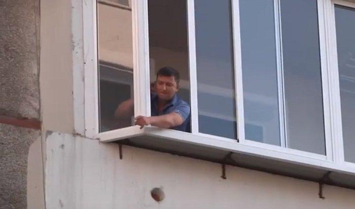 Жителей Иркутска IIэвакуировали из-за нетрезвого дебошира, угрожавшего семье (Видео)