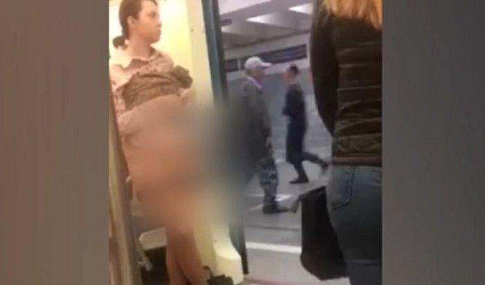 Пассажирка московского метро оголилась, чтобы ейуступили место (Видео)
