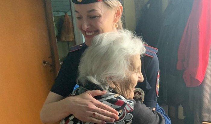 84-летней жительнице отдаленного тулунского поселка вручили новый паспорт (Видео)