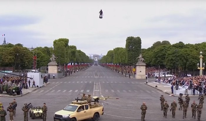 Изобретатель Фрэнки Запата на флайборде принял участие впарижском параде (Видео)