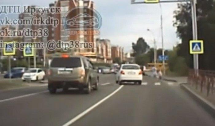 Беременную сребенком чуть несбил лихач напешеходном переходе вИркутске (Видео)