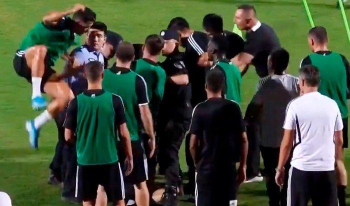 Роналду прыгнул наполицейского вовремя задержания фаната (Видео)