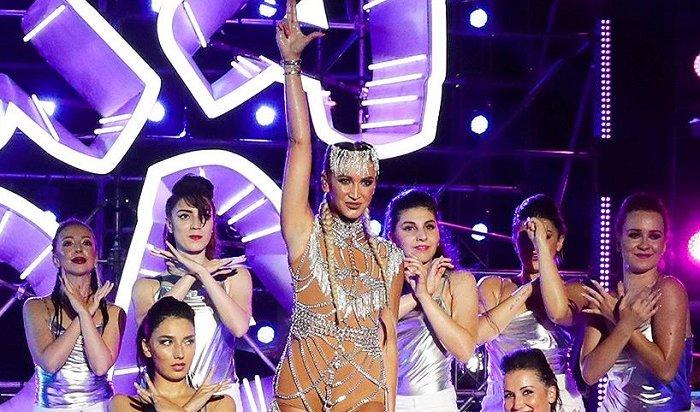 Ольга Бузова упала вовремя горячих танцев нафестивале «Жара» (Видео)