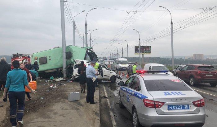 При столкновении маршрутки илегкового автомобиля наплотине ГЭС погибли два человека (Видео)