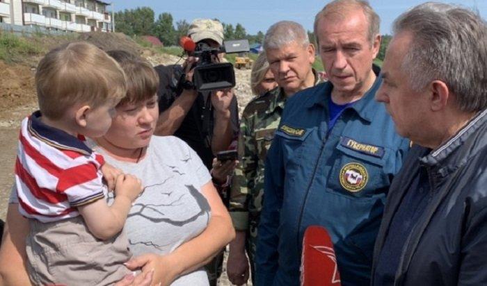 Виталий Мутко посмотрел, как укрепляют берег Ииипообщался сжителями Тулуна