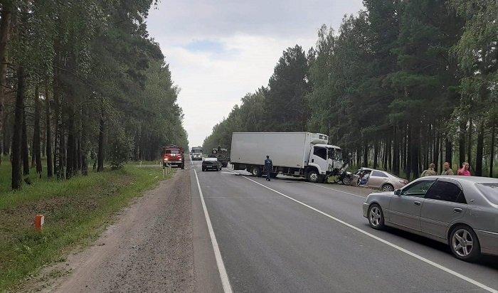 Водитель легковушки погиб при столкновении сгрузовиком вТулуне (Видео)