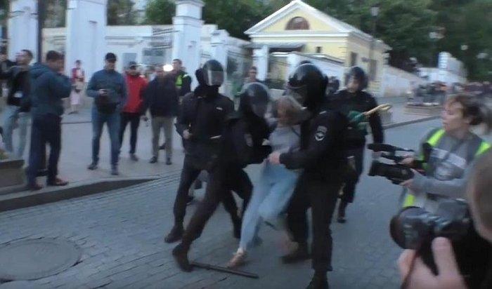 Девушку, которую ударил полицейский вовремя акции 10августа, госпитализировали вМоскве (Видео)