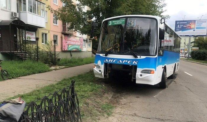 Пассажирский автобус въехал вограждение вАнгарске