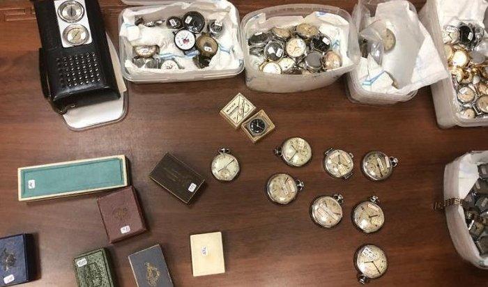 Коллекционер изГермании передал вдар музею Ангарска 176экземпляров часов, сделанных вСССР