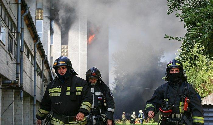 Два человека получили сильные ожоги накрупном пожаре вПетербурге (Видео)