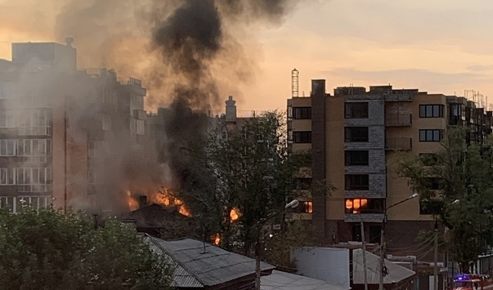 Мужчина погиб вовремя крупного пожара вцентре Иркутска (Видео)