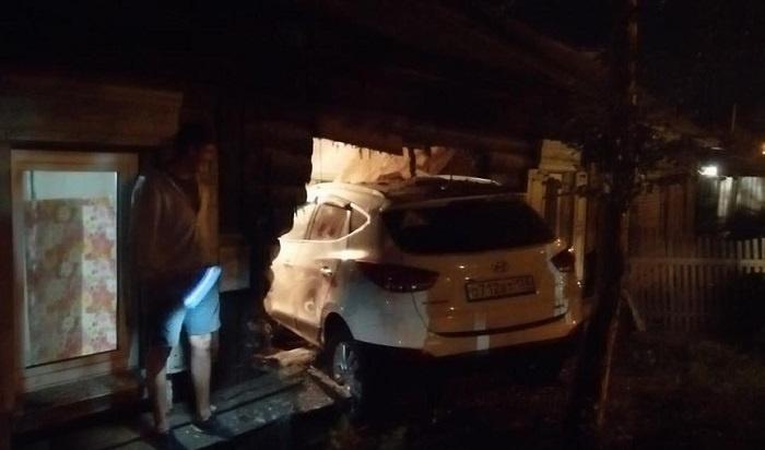 Полицейские задержали водителя Hyundai, который въехал вжилой дом вИркутске (Видео)