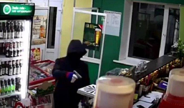 Продавец изУсолья чуть неотняла пистолет уграбителя (Видео)